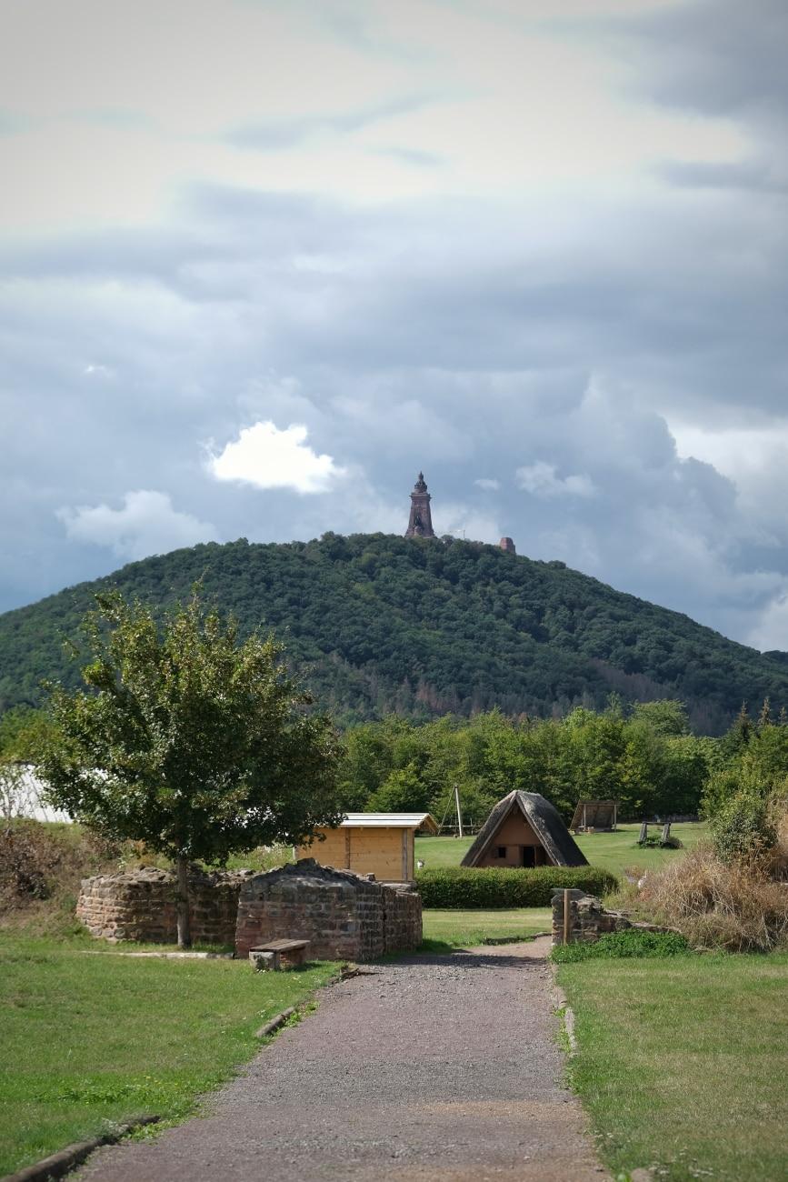 Blick aus der Königspfalz Tilleda auf das Kyffhäuserdenkmal